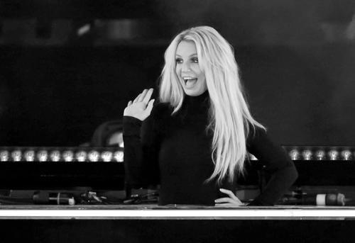 News: Britney Spears Stuns With Yoga Poses & Tiny Bikini